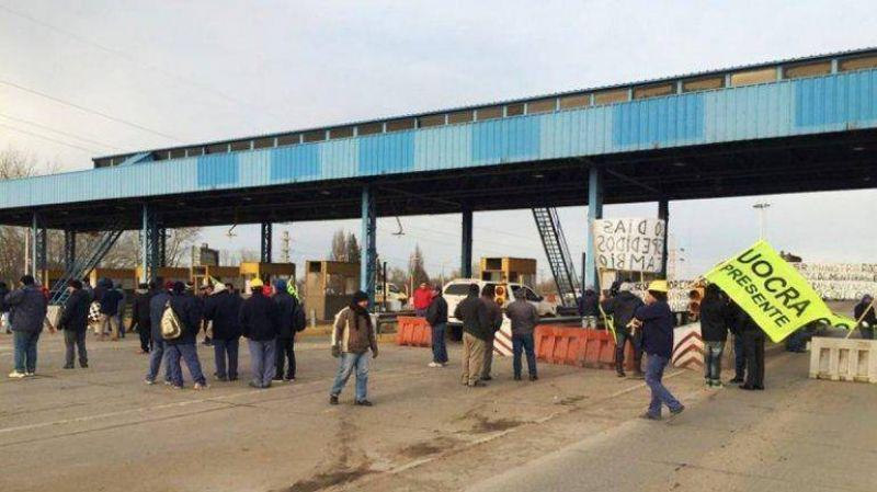 La UOCRA Neuquén cortó el tránsito en los puentes Cipolletti-Neuquén y Cinco Saltos Centenario