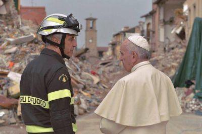 Visita sorpresa del Papa a la población golpeada por el terremoto en Italia