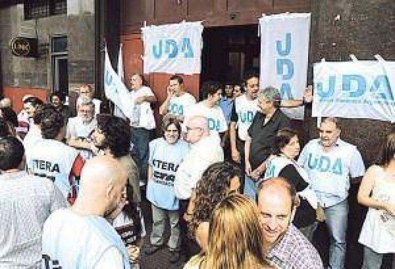 Docentes universitarios realizan huelga de 24 horas por la reapertura de paritarias