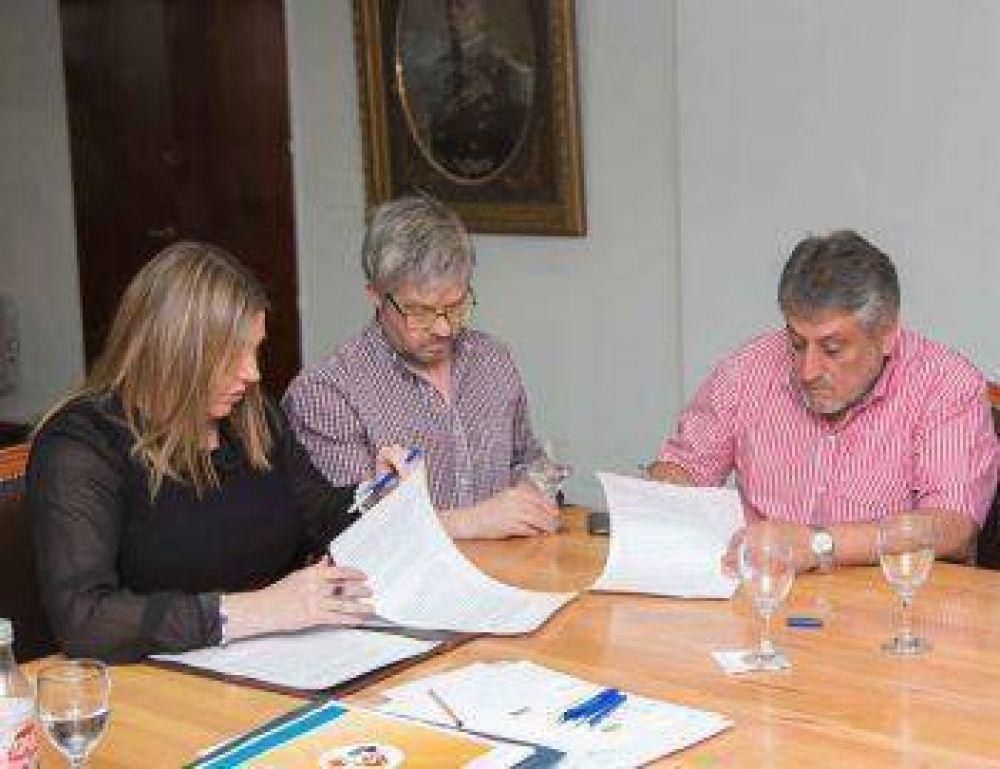 Bertone firmó acuerdo para fabricar muebles escolares en Tolhuin