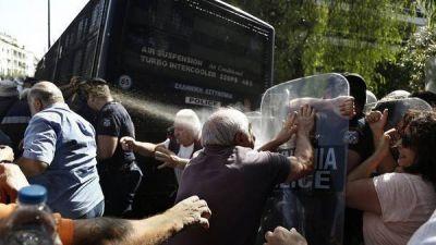 Esc�ndalo en Grecia: reprimen a jubilados con gas lacrim�geno