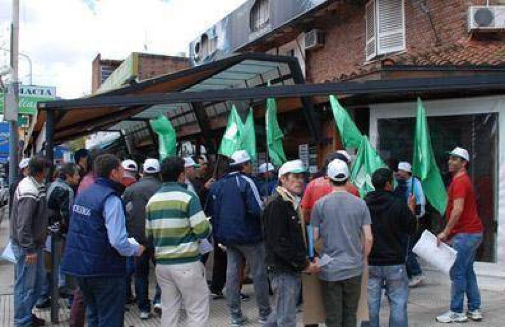 El Sindicato de Pasteleros realizó un escrache a una pizzería de Castelar que adeuda salarios y aportes a sus 22 trabajadores