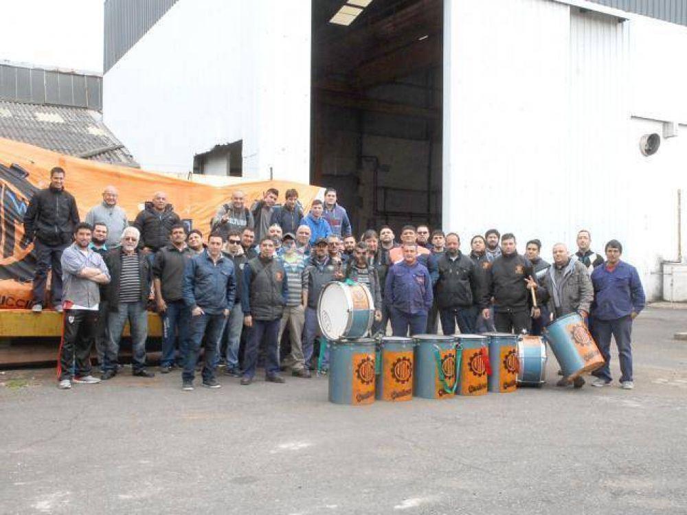 Trabajadores toman fábrica