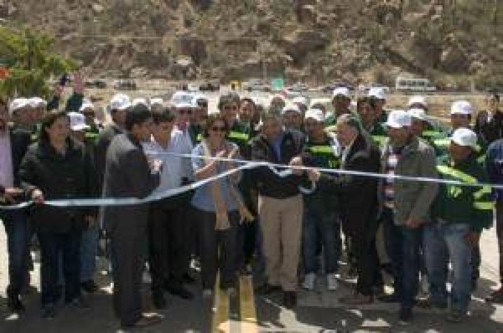 Corpacci inauguró el puente sobre el río de Villa Vil