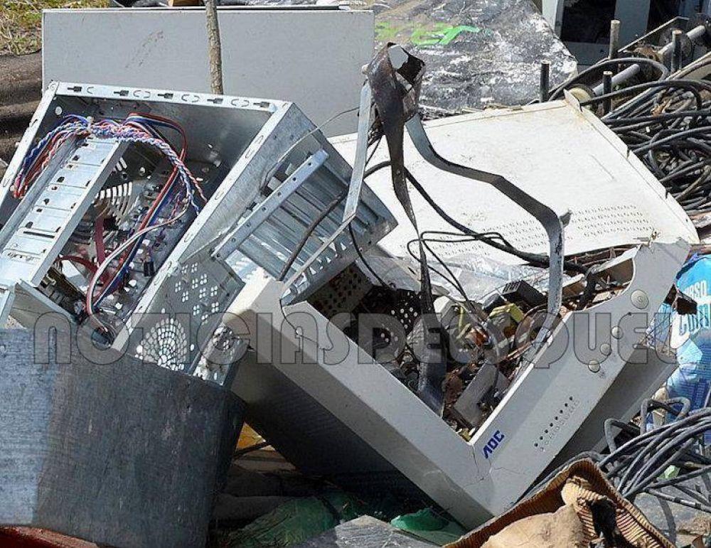 Actuaciones por basura informática que arrojaron frente a una escuela