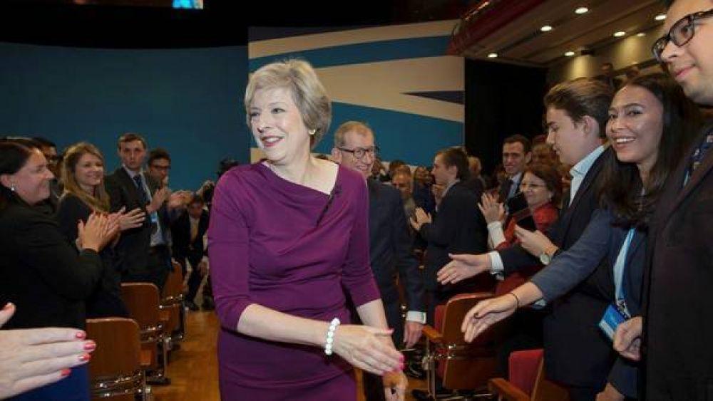 En medio de una fuerte crisis política, Theresa May defiende el Brexit