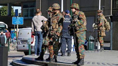 Bruselas, sin respiro: acuchillan a dos policías y evacuan estaciones de tren