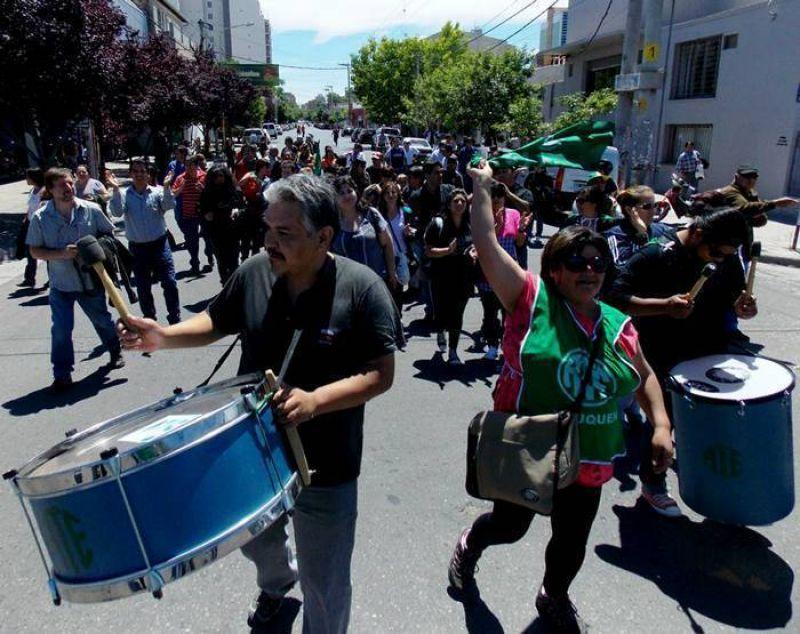 Protesta de auxiliares de servicio en toda la provincia