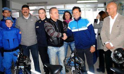 Juan Curuchet entregó bicicletas a la Policía Local y presentó el Gran Premio de Ciclismo