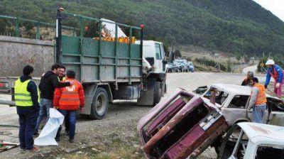 Una gran cantidad de basura y estructuras de autos fueron retirados del viejo autódromo de Ushuaia