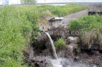 Un ca�o que despide desechos cloacales en el r�o Quequ�n