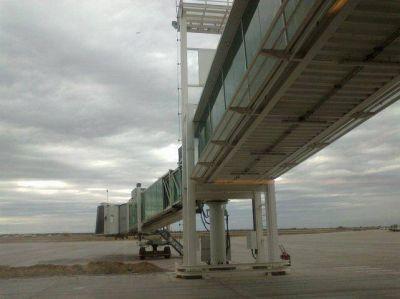 Aeropuerto: ya colocaron la tercera manga y amplían la sala de embarque