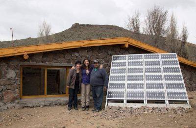 Instalan paneles solares en comunidades mapuche de la zona andina