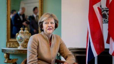 La premier británica, bajo fuego por el Brexit