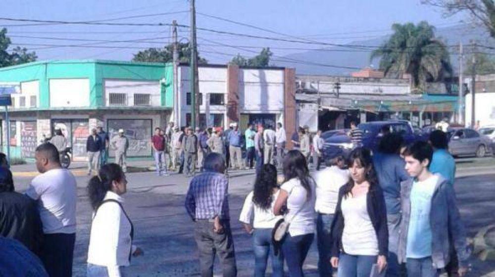 Municipales de Yerba Buena cortaron la avenida Aconquija por reclamos salariales