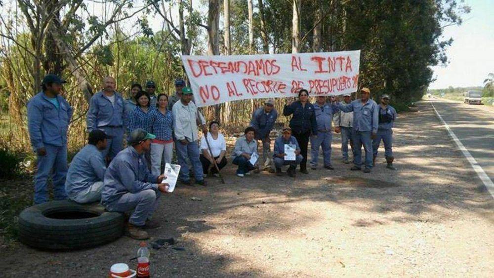 Protesta al lado de la ruta de trabajadores del Inta