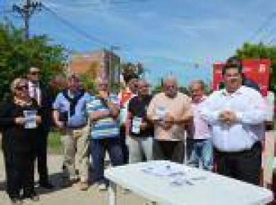 Berisso: Ante los vecinos de calle 28 y 171, Nedela firmó el contrato de las obras de pavimentación en la zona