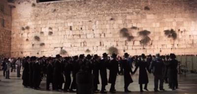 Una multitud se acercó al Muro de los Lamentos para la ceremonia previa a Iom Kipur