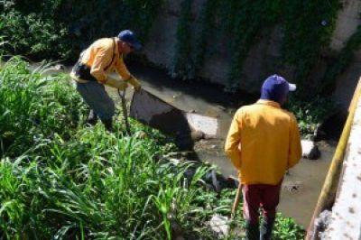 Inici� la limpieza de canales en la ciudad