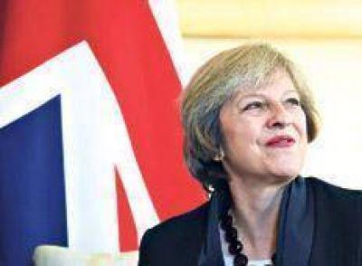 May impone su estrategia de Brexit duro