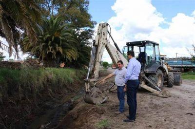 El intendente visitó la obra de entubado y limpieza de desagües en Anteo Gasparri