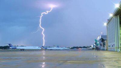 La lluvia complicó los vuelos: demoras y pasajeros sin valija