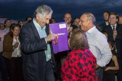 El gobernador entregó viviendas a 38 familias afectadas por las inundaciones en Luján