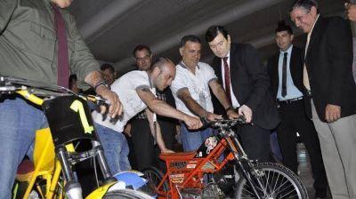 El senador Gerardo Zamora, recorrió la muestra en el Nodo