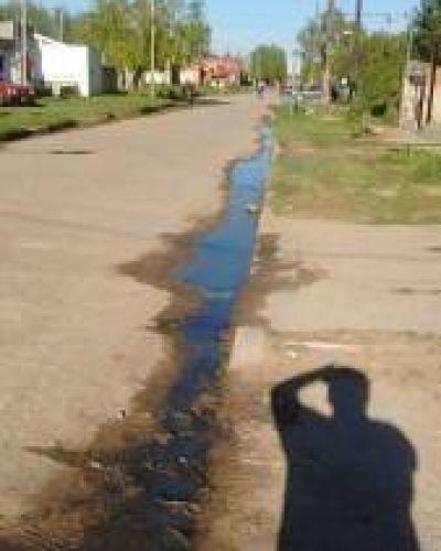 Quejas vecinales en el barrio El Hueco por la permanente presencia de aguas servidas en las orillas de la cinta asfáltica