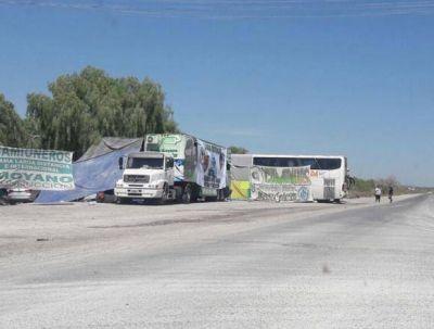 Camioneros reflotan conflicto contra caleras y vuelven a cortar ingreso en Los Berros
