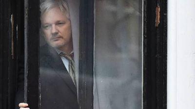 Tras atacar a la campa�a de Hillary Clinton, le cortan la conexi�n de internet a Julian Assange