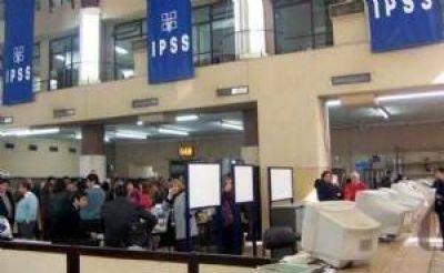 Protestaron en la puerta del Subsidio de Salud por el plus