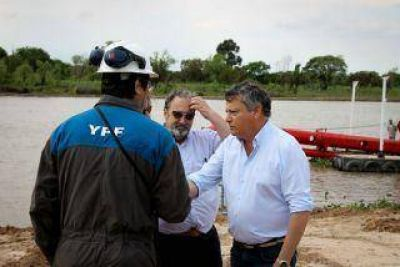 Comenzó el dragado del riacho de Barranqueras con trabajos en el muelle de YPF