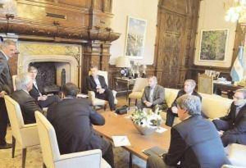El Gobierno se ofrece como árbitro en la mesa a la que hoy se sientan sindicatos y empresas
