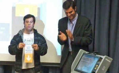 El Inadi y la Universidad Fasta defendieron a Urtubey por su exposición con un jóven con síndrome de down