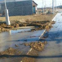 Empresa rompi� un ca�o de la red p�blica, dej� a cientos de familias sin agua y abandon� el lugar