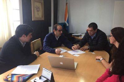 """El presidente de la DPOSS se reunió con uno de los creadores de """"Aqua-fast"""", el tanque pensado para solucionar los problemas de las viviendas con poco espacio."""