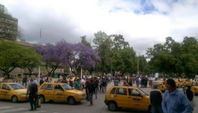 Taxistas se suman con su propia protesta