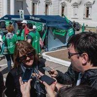 Instalan carpa docente frente a Legislatura por Ley antidespidos