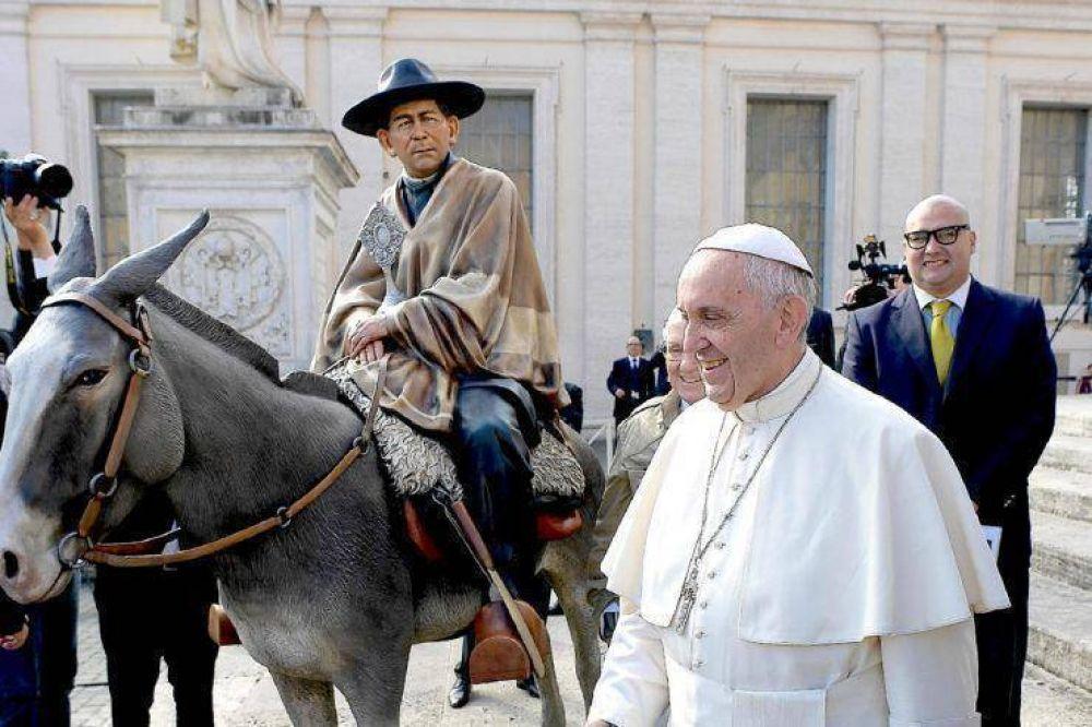 Francisco bendice una imagen del Cura Brochero a lomos de su mula