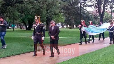 El Intendente izó la Bandera Nacional junto a los Granaderos