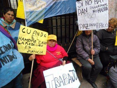 Se encaden� en el Palacio Municipal reclamando promesa de trabajo incumplida