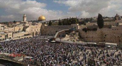Tras la resolución de la Unesco, miles de judíos se congregan ante el Muro de los Lamentos