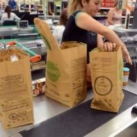 Por el medio ambiente, buscan que los super salte�os entreguen bolsas de papel gratis