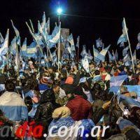 Con un multitudinario banderazo repudian maniobras militares en Malvinas