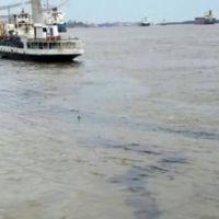 Se hundi� un barco y derram� petr�leo en el r�o Paran�