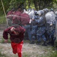 Tras la salvaje represi�n, los trabajadores del Expreso La Plata volver�n hoy a su lugar de trabajo