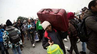 """Miles de refugiados dejan La Jungla, el mayor campo de """"sin papeles"""" de Francia"""