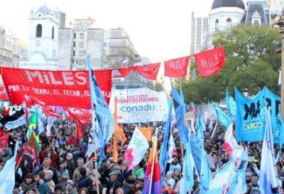 Docentes Universitarios movilizan hacia el Congreso Nacional