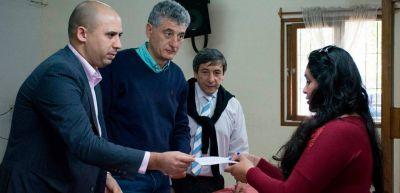 Barrera con concejal radical en la entrega de beneficios sociales